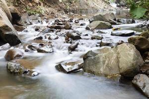 ruisseau dans les montagnes photo