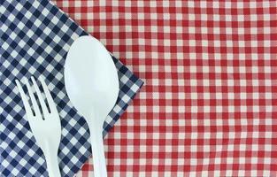 fourchette et cuillère sur un chiffon photo