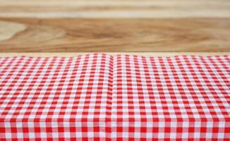 tissu rouge sur table en bois