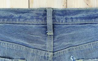 jeans sur bois