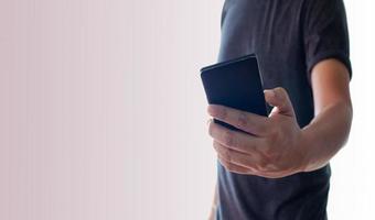 homme utilisant un téléphone noir photo