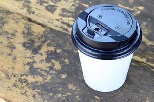 tasse à café blanche sur table en bois photo