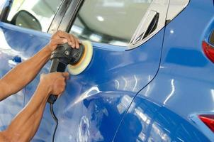 polir une voiture bleue photo