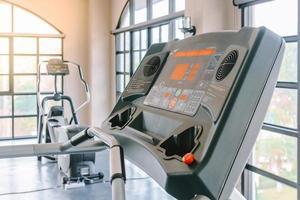 équipement de course dans la salle de gym photo