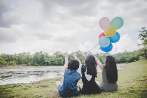 Heureux amis adolescents souriant à l'extérieur dans un parc photo