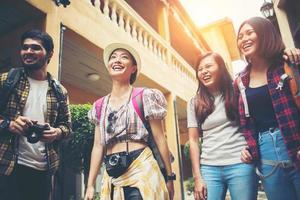 Groupe de jeunes amis heureux s'amusant à marcher dans une rue urbaine photo