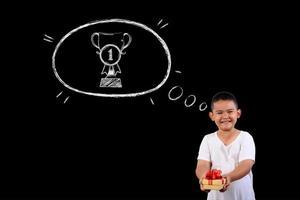 jeune garçon montrant le numéro 1 sur un tableau noir