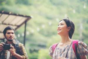 heureux, jeune, randonnée, couple, promenade, ensemble, rue photo