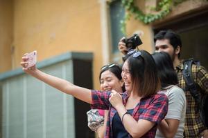 Groupe d'amis prenant un selfie dans une rue urbaine s'amusant ensemble
