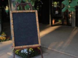 panneau noir à l'extérieur photo