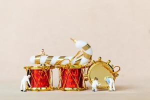 personnes miniatures travaillant sur des décorations de Noël
