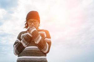 mode portrait d'une jeune femme hipster avec chapeau et lunettes de soleil photo
