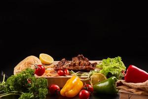 steak grillé et légumes variés photo