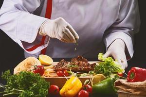 chef préparant la nourriture