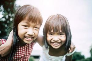 deux petites amies s'amusant dans le parc photo