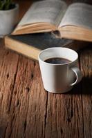 café et livre photo