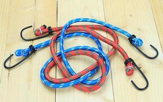 cordons élastiques rouges et bleus