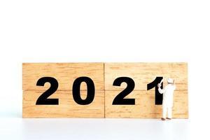 figurine miniature d'un tableau numéro 2021 sur bloc de bois