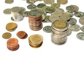 pièces de monnaie thaïlandaises sur fond isolé photo