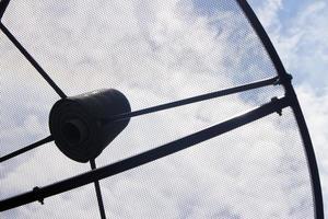 antenne parabolique contre le ciel