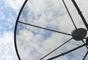 antenne parabolique sur ciel bleu