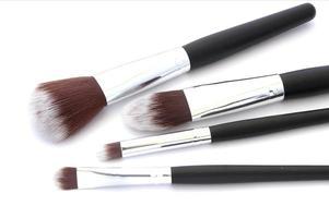 pinceaux de maquillage sur blanc