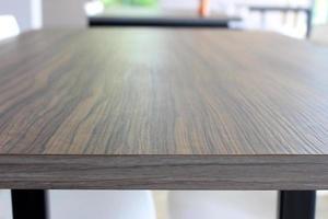table en bois au restaurant