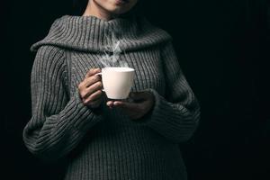 femme tenant un café photo