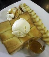 pain grillé au miel et beurre photo