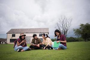 groupe d & # 39; étudiants assis dans un parc après les cours photo