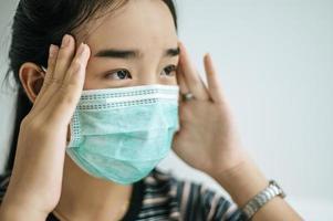 une femme portant une chemise rayée et un masque de protection photo