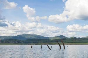 réservoir et montagnes en thaïlande
