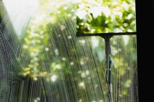 verre de nettoyage de raclette de fenêtre photo