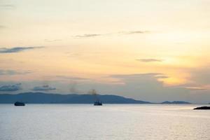 navires sur la mer au coucher du soleil photo