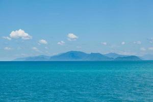 montagnes, mer et ciel en thaïlande