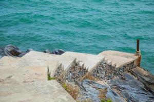passerelle menant à la mer
