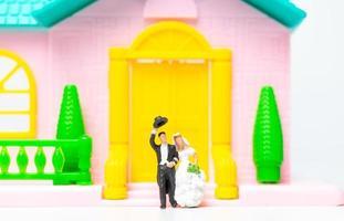 figurines miniatures d'un couple de jeunes mariés