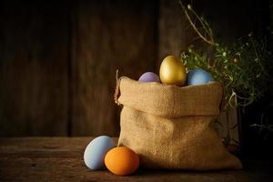 oeufs de pâques dans un sac photo