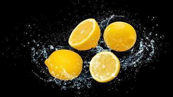 citrons avec de l'eau photo