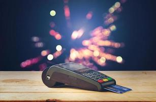 machine à cartes de crédit avec fond de bokeh photo