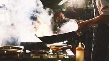faire cuire de la nourriture dans un wok