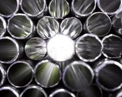 tuyaux en métal brillant