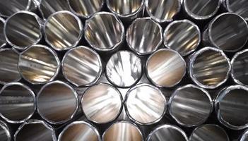 tuyaux en métal argenté