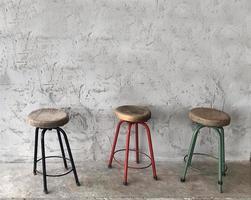 trois tabourets en bois photo