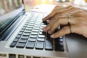 femme tapant sur un clavier photo