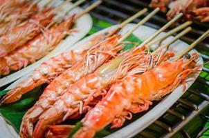 crevettes grillées sur une brochette