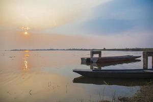petits bateaux amarrés sur le lac