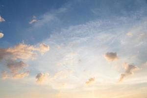 nuages et ciel au coucher du soleil photo