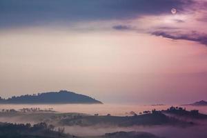 lever de soleil et brouillard sur les montagnes
