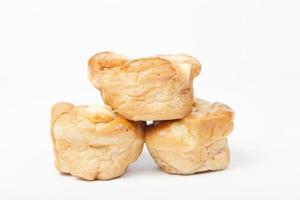 trois morceaux de pain sur fond blanc